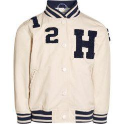 Next Kurtka Bomber ecru. Białe kurtki chłopięce marki Next, z bawełny. W wyprzedaży za 132,30 zł.