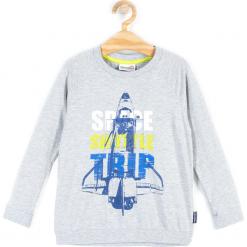 Koszulka. Szare t-shirty chłopięce z długim rękawem SPACE, z aplikacjami, z bawełny. Za 24,90 zł.