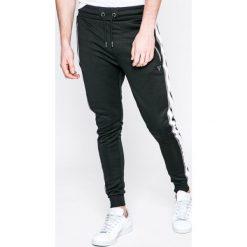 Guess Jeans - Spodnie. Szare jeansy męskie z dziurami marki Guess Jeans, l, z aplikacjami, z bawełny. Za 369,90 zł.