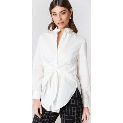 NA-KD Classic Długa koszula z wiązaniem w talii - White. Białe koszule wiązane damskie marki NA-KD Classic, z bawełny, eleganckie, z długim rękawem. Za 100,95 zł.