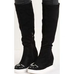Czarne Kozaki Diamond Eyes. Czarne buty zimowe damskie marki Born2be, z materiału, z okrągłym noskiem, na niskim obcasie, na koturnie. Za 99,99 zł.