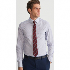 Bawełniana koszula z drobnym wzorem - Niebieski. Niebieskie koszule męskie marki Reserved, m, z nadrukiem, z bawełny. Za 119,99 zł.