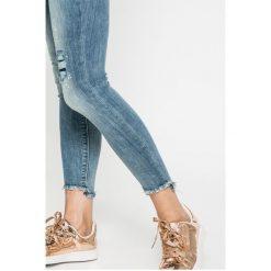 Only - Jeansy Carmen. Szare jeansy damskie rurki marki ONLY, s, z bawełny, casualowe, z okrągłym kołnierzem. W wyprzedaży za 79,90 zł.