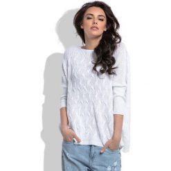 Biały Oversizowy Sweter z Ozdobnym Splotem. Białe swetry klasyczne damskie Molly.pl, uniwersalny, ze splotem, z dekoltem w łódkę. W wyprzedaży za 69,23 zł.