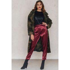 NA-KD Party Metaliczne spodnie prostymi nogawkami - Red. Czerwone spodnie z wysokim stanem marki NA-KD Party, z haftami, z poliesteru. W wyprzedaży za 64,78 zł.