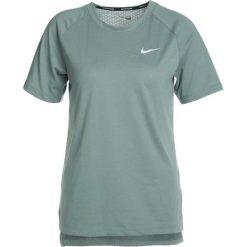 Nike Performance BREATHE TAILWIND Tshirt basic clay green/reflective silver. Zielone topy sportowe damskie marki Nike Performance, xs, z bawełny. Za 169,00 zł.