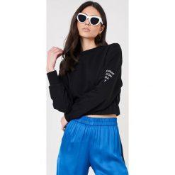Cheap Monday Bluza Fasten - Black. Czarne bluzy z nadrukiem damskie marki Cheap Monday, z dzianiny, z krótkim rękawem, krótkie. W wyprzedaży za 90,98 zł.