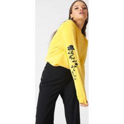 NA-KD Bluza z wyszywanymi różami na rękawach - Yellow. Żółte bluzy rozpinane damskie NA-KD, długie. Za 133,95 zł.