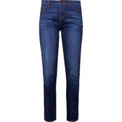 Emporio Armani Jeansy Slim Fit rinsed. Niebieskie jeansy damskie relaxed fit marki Emporio Armani, z bawełny. W wyprzedaży za 369,50 zł.
