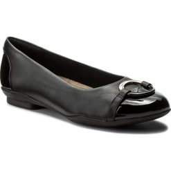 Baleriny CLARKS - Neenah Vine 261288624 Black Leather. Czarne baleriny damskie lakierowane marki Clarks, z lakierowanej skóry, na płaskiej podeszwie. W wyprzedaży za 249,00 zł.