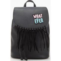 Plecaki damskie: Plecak z frędzlami i naszywką – Czarny