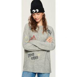 Sweter z napisami - Jasny szar. Szare swetry klasyczne damskie marki Sinsay, l. W wyprzedaży za 59,99 zł.