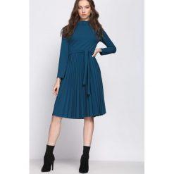 Ciemnoniebieska Sukienka Forever. Szare sukienki z falbanami marki Born2be, s, ze stójką, z długim rękawem, midi, plisowane. Za 99,99 zł.