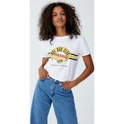 Koszulka z rysunkiem jedzenia. Białe t-shirty damskie Pull&Bear. Za 24,90 zł.