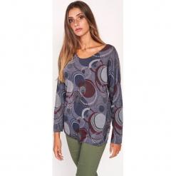 Koszulka w kolorze szarym ze wzorem. Szare bluzki nietoperze Dioxide, s, w geometryczne wzory, z dekoltem w łódkę, z długim rękawem. W wyprzedaży za 89,95 zł.