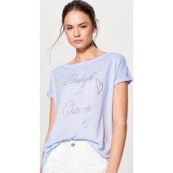 Koszulka z aplikacją - Niebieski. Niebieskie t-shirty damskie Mohito, l, z aplikacjami. W wyprzedaży za 39,99 zł.