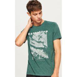 T-shirt z nadrukiem - Zielony. Zielone t-shirty męskie z nadrukiem Reserved, l. Za 39,99 zł.