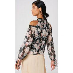 Bluzki asymetryczne: Boohoo Bluzka w kwiaty z wycięciami na ramionach - Black