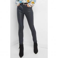 Woskowane spodnie skinny. Czarne rurki damskie marki Orsay, xs, z bawełny, z dekoltem na plecach. Za 79,99 zł.