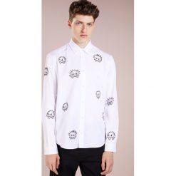 McQ Alexander McQueen SHEEHAN Koszula optic white. Białe koszule męskie na spinki McQ Alexander McQueen, m, z bawełny. Za 819,00 zł.