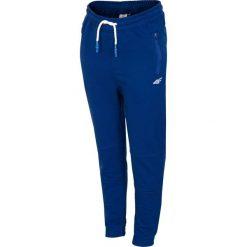 Spodnie dresowe dla dużych chłopców JSPMD217 - granat. Niebieskie spodnie dresowe chłopięce marki 4F JUNIOR. Za 49,99 zł.