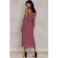 NA-KD Boho Sukienka midi z falbanką i dekoltem A - Purple. Niebieskie sukienki boho marki NA-KD Boho, na imprezę, w koronkowe wzory, z koronki, na ramiączkach, mini. W wyprzedaży za 60,89 zł.
