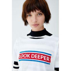 Koszulka z panelem z napisem. Niebieskie t-shirty damskie marki Pull&Bear. Za 24,90 zł.