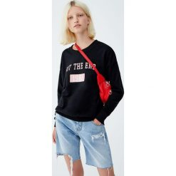 Bluza z napisem. Czarne bluzy rozpinane damskie Pull&Bear, z napisami. Za 39,90 zł.