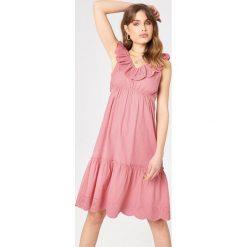 Debiflue x NA-KD Sukienka z wycięciami - Pink. Niebieskie sukienki na komunię marki Reserved, z odkrytymi ramionami. Za 242,95 zł.