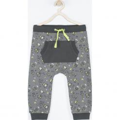 Spodnie. Szare chinosy chłopięce ROBOTS, z nadrukiem, z bawełny. Za 49,90 zł.
