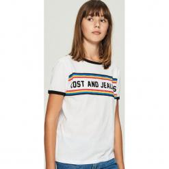 Bawełniany t-shirt z kolorowym nadrukiem - Biały. Białe t-shirty damskie Sinsay, l, w kolorowe wzory, z bawełny. Za 24,99 zł.