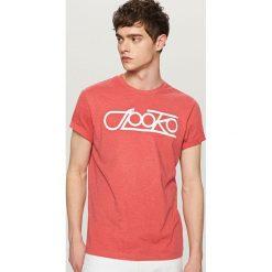 T-shirty męskie: T-shirt z hasłem i nadrukiem – Pomarańczo