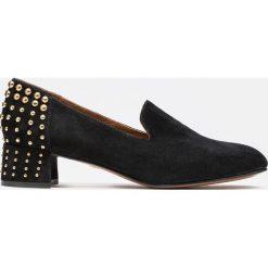 Czarne czółenka damskie. Białe buty ślubne damskie marki Kazar, ze skóry, na wysokim obcasie, na szpilce. Za 499,00 zł.