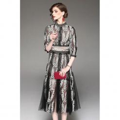 Sukienka w kolorze czarno-białym ze wzorem. Białe sukienki marki Zeraco, ze stójką, midi. W wyprzedaży za 379,95 zł.