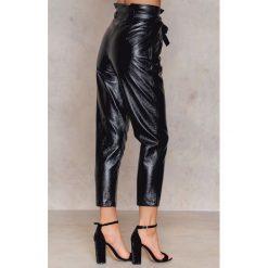 Spodnie damskie: NA-KD Party Spodnie z lakierowanej sztucznej skóry z wiązaniem - Black