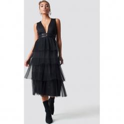 Luisa Lion x NA-KD Sukienka z tiulem - Black. Niebieskie sukienki na komunię marki bonprix, w paski, z bawełny, z dekoltem w serek, moda ciążowa, plisowane. Za 242,95 zł.