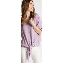 Luźna bluzka z wiązaniem u dołu BIALCON. Fioletowe bluzki asymetryczne BIALCON, z tkaniny, eleganckie, z asymetrycznym kołnierzem, z krótkim rękawem. W wyprzedaży za 135,00 zł.
