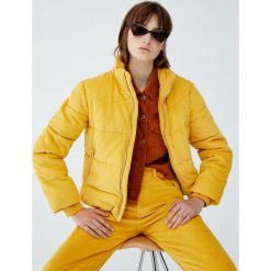 Pikowana kurtka sztruksowa. Żółte kurtki damskie pikowane marki Pull&Bear, ze sztruksu. Za 199,00 zł.