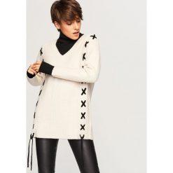 Sweter z gorsetowym wiązaniem - Kremowy. Białe swetry klasyczne damskie Reserved, l, z gorsetem. Za 79,99 zł.