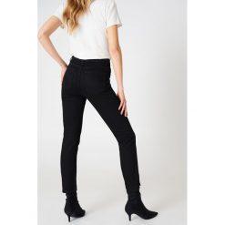 Spodnie damskie: NA-KD Jeansy z klasycznym wykończeniem - Black