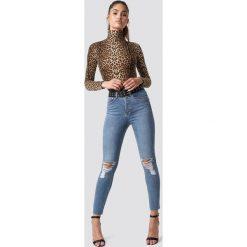 Spodnie damskie: NA-KD Jeansy z rozdarciami na kolanach - Blue
