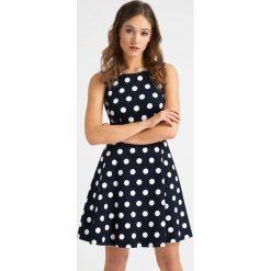Sukienki: Rozkloszowana sukienka w grochy