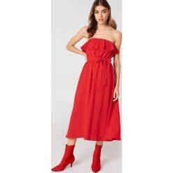 Sukienki hiszpanki: Andrea Hedenstedt x NA-KD Sukienka midi z falbanką – Red