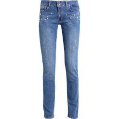 More & More Jeansy Slim Fit light blue denim. Niebieskie boyfriendy damskie More & More. W wyprzedaży za 368,10 zł.