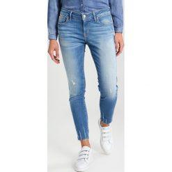 Mavi ADRIANA ANKLE Jeans Skinny Fit destroyed denim. Niebieskie boyfriendy damskie Mavi. W wyprzedaży za 147,95 zł.