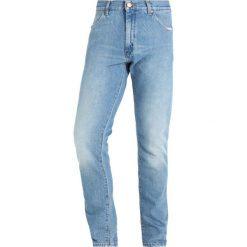 Wrangler Jeansy Zwężane rally blue. Szare jeansy męskie marki Wrangler, l, z poliesteru, z kapturem. W wyprzedaży za 359,10 zł.
