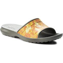 Klapki CROCS - Classic Tropics Slide 204382 Smoke. Brązowe chodaki męskie Crocs, z tworzywa sztucznego. Za 89,00 zł.