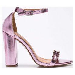 Public Desire - Sandały. Czerwone sandały damskie na słupku marki Casu, w ażurowe wzory. W wyprzedaży za 99,90 zł.