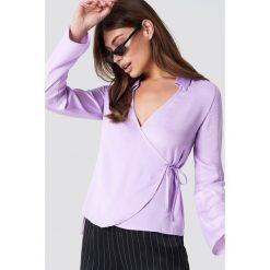 NA-KD Satynowa koszula z kopertowym przodem - Purple. Fioletowe koszule wiązane damskie marki NA-KD, z poliesteru, z kopertowym dekoltem. Za 80,95 zł.