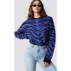 NA-KD Trend Puchaty sweter Zebra - Blue. Białe swetry oversize damskie marki NA-KD Trend, z nadrukiem, z jersey, z okrągłym kołnierzem. Za 141,95 zł.